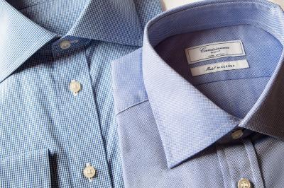 La camicia azzurra, un capo immancabile per il guardaroba maschile